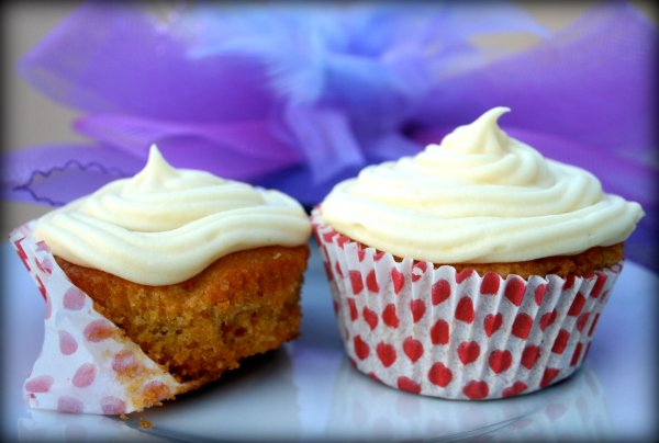 Cutesie little carrot cupcakes with the world's greatest cream cheese frosting
